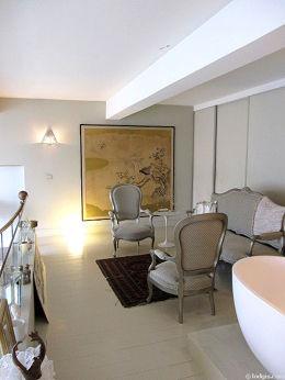 Chambre lumineuse équipée de téléviseur, canapé, 2 fauteuil(s), 1 chaise(s)
