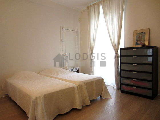 Bedroom of 18m² with its wooden floor