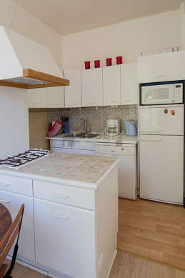 Kitchen of 8m² with wooden floor