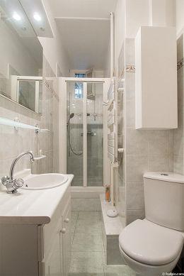 Belle salle de bain avec fenêtres et du carrelage au sol