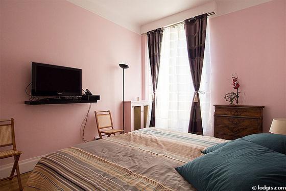 Chambre lumineuse équipée de armoire, commode, 1 chaise(s)