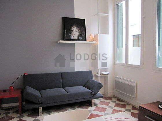 Séjour très calme équipé de téléviseur, penderie, placard, 3 chaise(s)