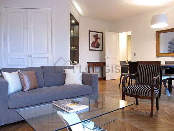 Salon lumineux équipé de 1 fauteuil(s), 8 chaise(s)