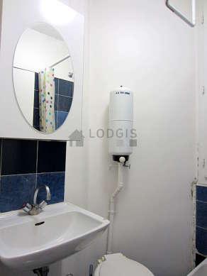 Salle de bain avec fenêtres et du carrelage au sol