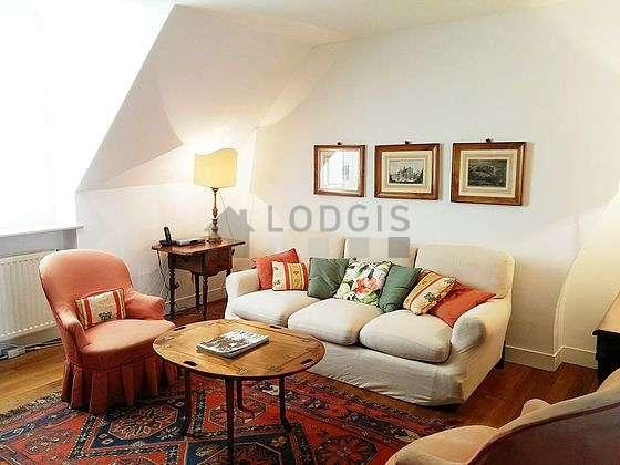 Séjour calme équipé de 1 canapé(s) lit(s) de 140cm, téléviseur, 4 fauteuil(s), 7 chaise(s)