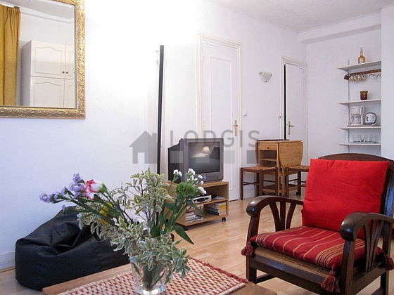 Quiet living room furnished with 1 bed(s) of 140cm, tv, dvd player, 3 armchair(s)