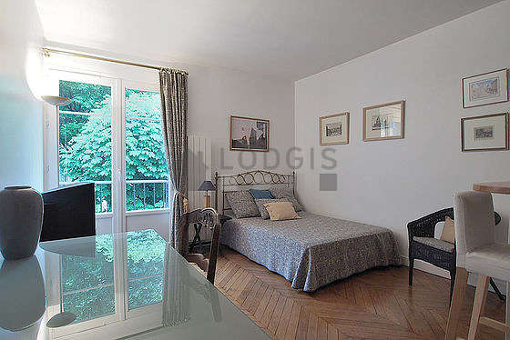 Very quiet living room furnished with 1 bed(s) of 140cm, tv, hi-fi stereo, 1 armchair(s)