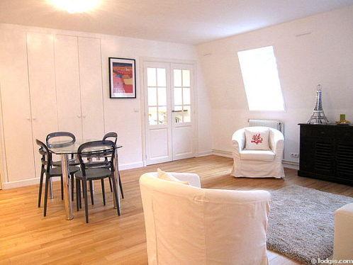 Séjour calme équipé de canapé, 2 fauteuil(s), 4 chaise(s)
