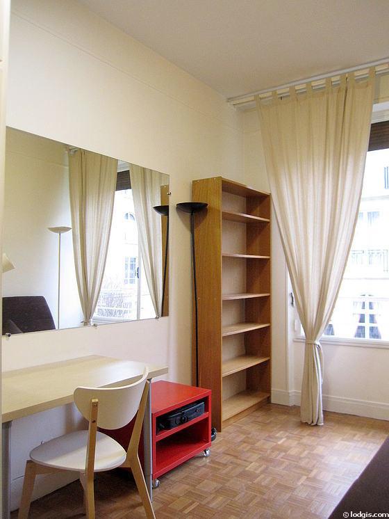 Location studio avec ascenseur et concierge paris 16 avenue du mar chal maunoury meubl 16 for Location studio meuble paris 16