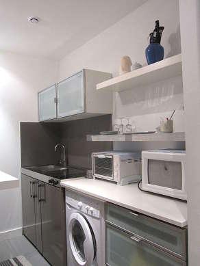 Cuisine dînatoire pour 3 personne(s) équipée de plaques de cuisson, réfrigerateur, vaisselle, tabouret