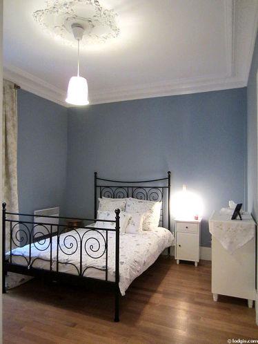 Chambre avec du parquet au sol