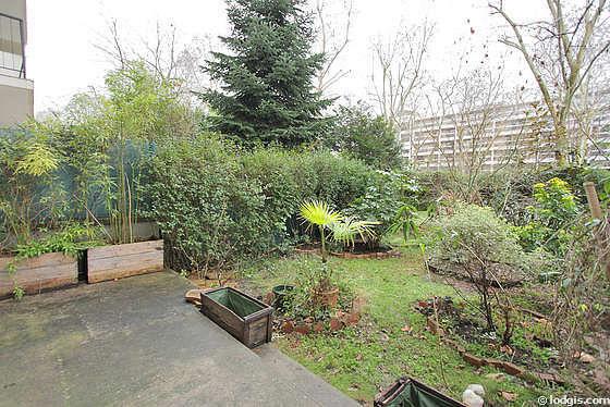 Beau jardin avec de la pelouse au sol