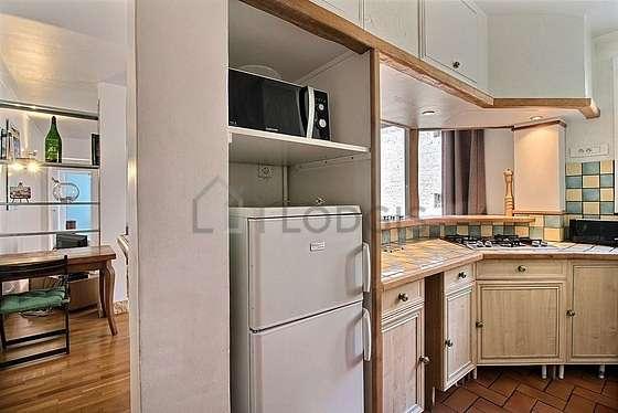 Cuisine équipée de réfrigerateur, vaisselle