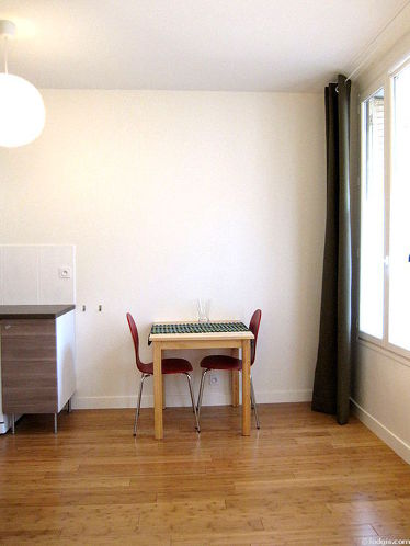 Séjour très calme équipé de 1 canapé(s) lit(s) de 140cm, table à manger, table basse, penderie