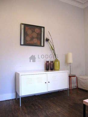 Séjour calme équipé de 1 canapé(s) lit(s) de 120cm, téléviseur, commode, 2 chaise(s)