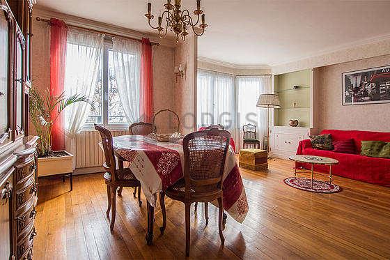 Séjour équipé de 1 canapé(s) lit(s) de 140cm, 1 fauteuil(s), 5 chaise(s)