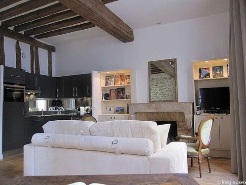 Séjour calme équipé de 1 canapé(s) lit(s) de 140cm, téléviseur, 2 fauteuil(s), 5 chaise(s)