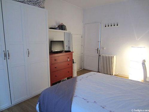 Chambre lumineuse équipée de téléviseur, 1 chaise(s)