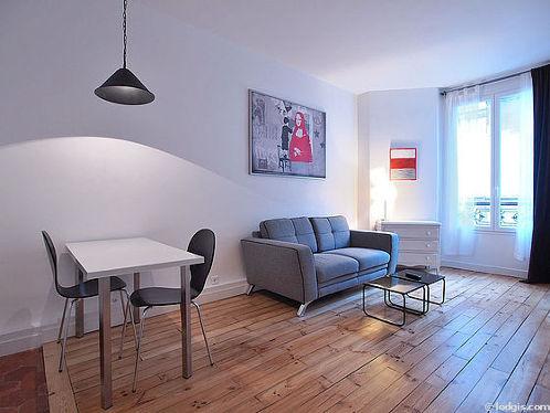 Séjour très calme équipé de téléviseur, commode, 4 chaise(s)