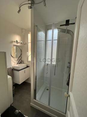 Beautiful and very bright bathroom with double-glazed windows and with tile floor