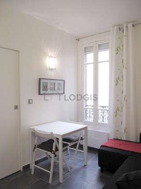 Séjour très calme équipé de 1 canapé(s) lit(s) de 140cm, table à manger, placard, 2 chaise(s)