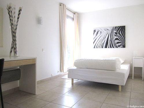 Bedroom of 12m² with tile floor