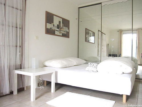 Bedroom of 15m² with tile floor