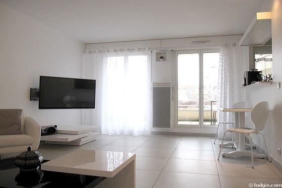 Séjour avec fenêtres double vitrage et balcon donnant sur jardin