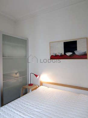Quiet and bright alcove equipped with 1 bed(s) of 140cm, wardrobe, shelves