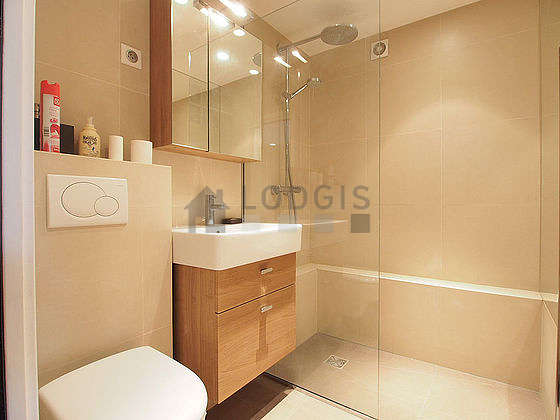 Location studio avec ascenseur cave et place de parking for Salle bain 5m2