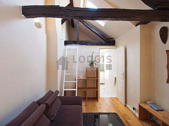 Mezzanine sous belle hauteur de plafond avec du coco au sol