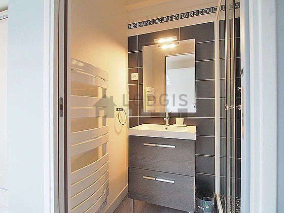 Belle salle de bain avec du parquet au sol