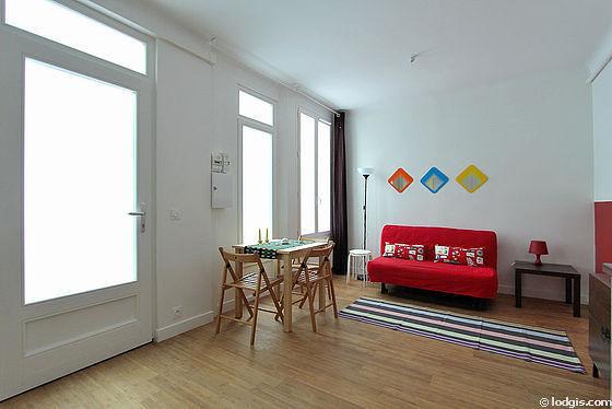 Séjour très calme équipé de 1 canapé(s) lit(s) de 140cm, table basse, penderie, 4 chaise(s)