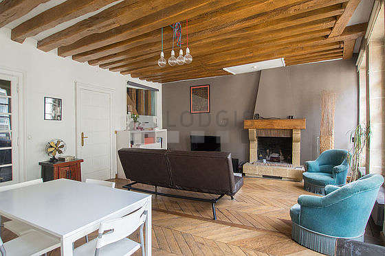 Quiet living room furnished with 1 sofabed(s) of 120cm, air conditioning, tv, hi-fi stereo