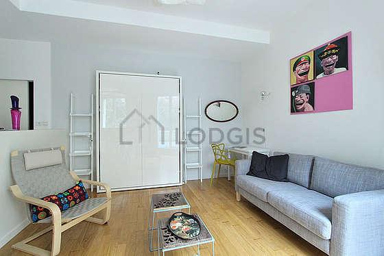 Séjour très calme équipé de 1 lit(s) armoire de 140cm, téléviseur, 1 fauteuil(s), 1 chaise(s)