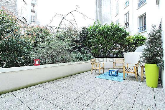 Terrasse exposée plein nord-ouest et vue sur jardin