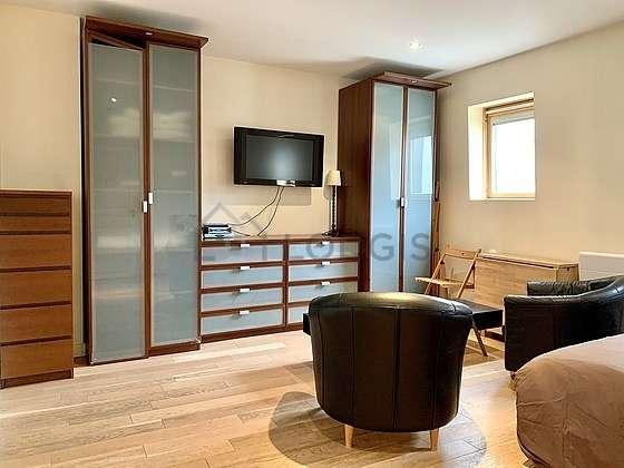 Séjour très calme équipé de 1 lit(s) de 140cm, téléviseur, 2 fauteuil(s), 1 chaise(s)