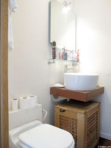 Salle de bain avec du parquet au sol