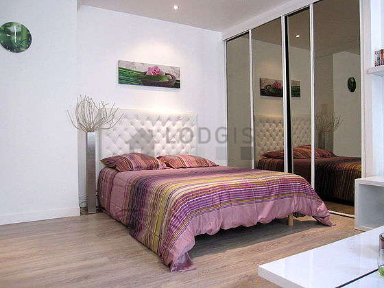 Quiet living room furnished with 1 sofabed(s) of 140cm, 1 bed(s) of 140cm, tv, wardrobe