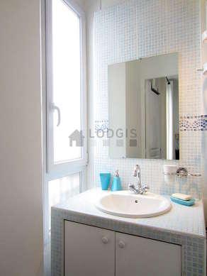 Belle salle de bain claire avec fenêtres et des tomettes au sol
