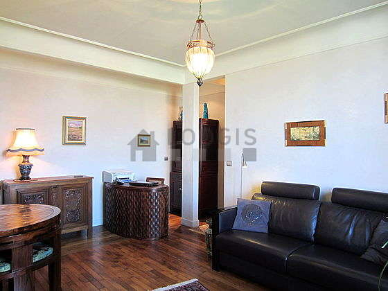 Quiet living room furnished with tv, hi-fi stereo, storage space, 6 chair(s)