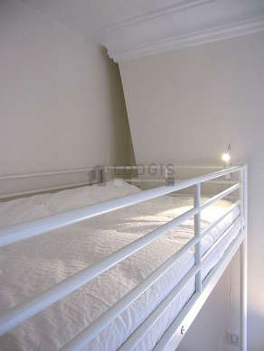 Quiet bedroom for 1 persons equipped with 1 loft bed(s) of 90cm