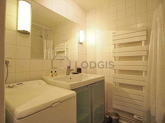 Salle de bain avec de l' ardoise au sol