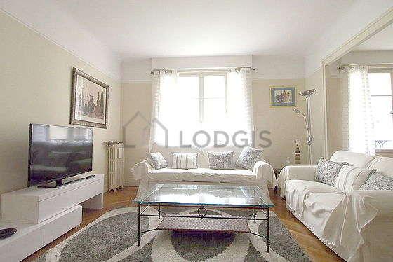 Séjour très calme équipé de 1 canapé(s) lit(s) de 140cm, téléviseur, commode, 4 chaise(s)