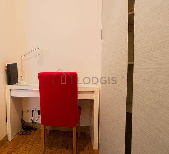 Entrée avec du parquet au sol et équipée de 1 chaise(s)