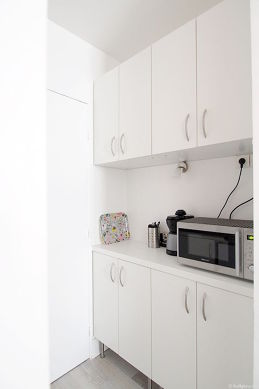 Kitchen equipped with hob, refrigerator, freezer, crockery