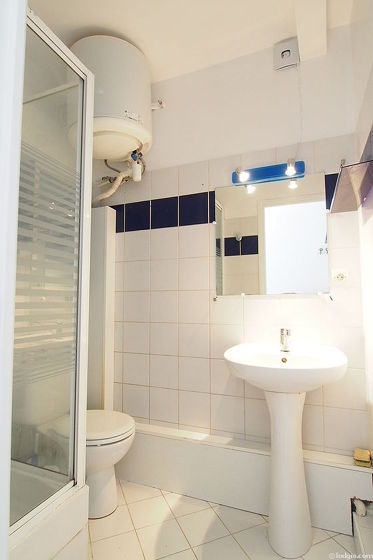 Salle de bain avec du carrelage au sol