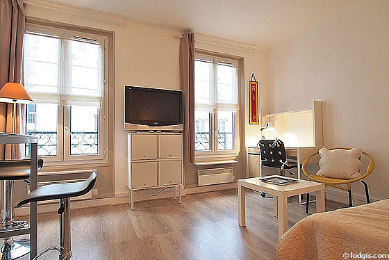 Quiet living room furnished with 1 bed(s) of 140cm, tv, 1 armchair(s), 2 chair(s)