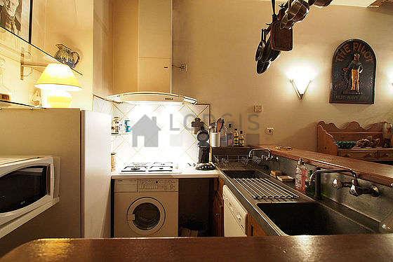 Cuisine équipée de hotte, vaisselle, tabouret