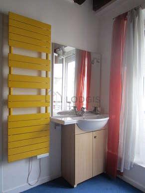 Belle salle de bain claire avec fenêtres et de la moquette au sol